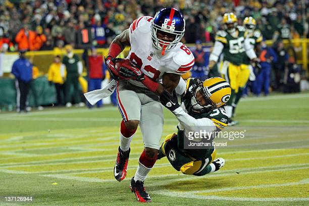 Mario Manningham of the New York Giants catches a four yard touchdown pass in the fourth quarter against Tramon Williams of the Green Bay Packers...