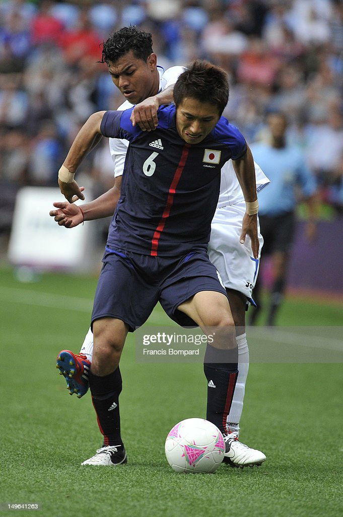 Mario Martinez of Honduras fight for the ball against <a gi-track='captionPersonalityLinkClicked' href=/galleries/search?phrase=Taisuke+Muramatsu&family=editorial&specificpeople=6585252 ng-click='$event.stopPropagation()'>Taisuke Muramatsu</a> of Japan during the Men's Football first round Group D Match between Japan and Honduras, on Day 5 of the London 2012 Olympic Games at City of Coventry Stadium on August 1, 2012 in Coventry, England.