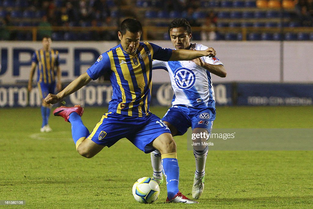 Mario Ortiz (L) of San Luis struggles for the ball with William Paredes (R) of Puebla during a match between San Luis and Puebla as part of the Clausura 2013 Liga MX at Alfonso Lastras Stadium on February 09, 2013 in San Luis Potosi, Mexico.