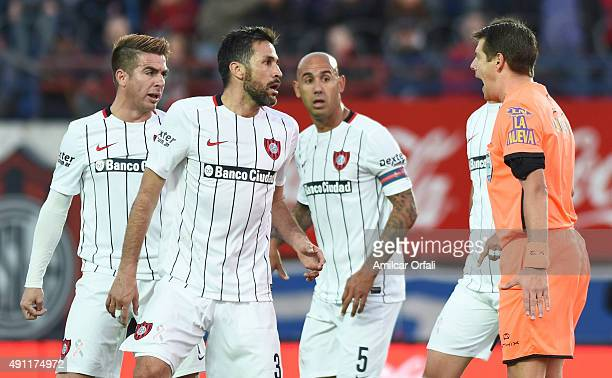 Mario Yepes of San Lorenzo argues with referee German Delfino during a match between San Lorenzo and Rosario Central as part of 27th round of Torneo...