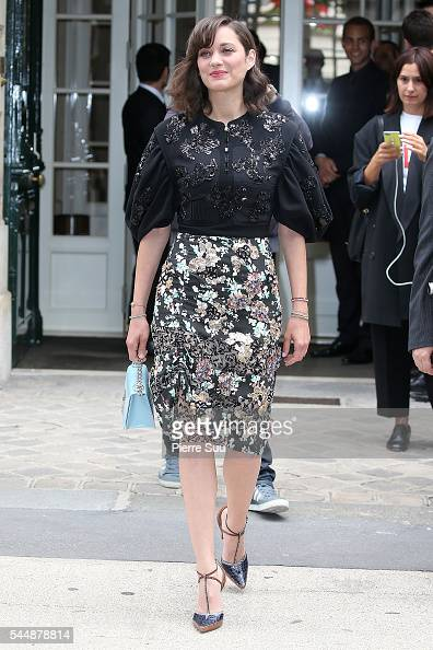 Marion Cotillard arrives at the Christian Dior Haute Couture Fall/Winter 20162017 show as part of Paris Fashion Week on July 4 2016 in Paris France