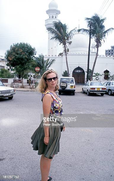 Marion Kracht neben den Dreharbeiten zur ZDFReihe 'Traumschiff' Folge 23 'Hongkong' Mombasa/Kenia/Afrika Moschee Palmen Sonnenbrille Tasche Urlaub...