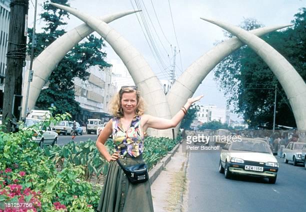 Marion Kracht neben den Dreharbeiten zur ZDFReihe 'Traumschiff' Folge 23 'Hongkong' Mombasa/Kenia/Afrika ElefantenStoßzähne Tasche Urlaub...