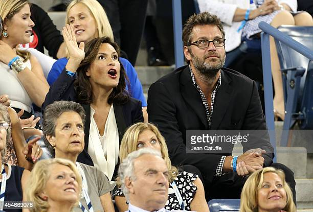 Mariska Hargitay and her husband Peter Hermann attend the match between Roger Federer of Switzerland and Gael Monfils of France during Day 11 of the...