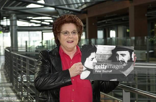 Marita Ilona Lorenz Foto mitExLebensgefährte Fidel Castro zu demARDFilm 'Lieber Fidel MaritasGeschichte' Köln 'WDRArkaden' Brille