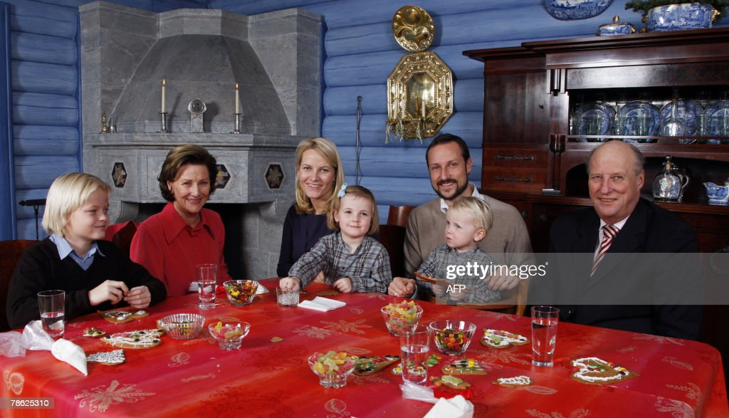 Marius Borg Hoiby, son of the Crown Princess, Queen Sonja, Crown Princess Mette-Marit, Princess Ingrid Alexandra, Crown Prince Haakon, Prince Sverre Magnus and King Harald are seated during a photo session at the Royal residence Kongsseteren in Oslo, 22 December 2007. AFP PHOTO / SCANPIX POOL / Lise Aserud NORWAY OUT