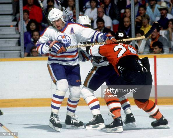 Mark Messier of the Edmonton Oilers skates on the ice during the 1987 Stanley Cup Finals against the Philadelphia Flyers in May 1987 at the...