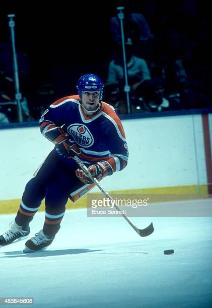 Mark Messier of the Edmonton Oilers skates with the puck during an NHL game against the New York Islanders circa 1984 at the Nassau Coliseum in...