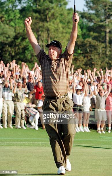 Mark O'Meara of the US reacts to making a birdie putt on the 18th hole to win the 1998 Masters Golf Tournament 12 April at Augusta National Golf...