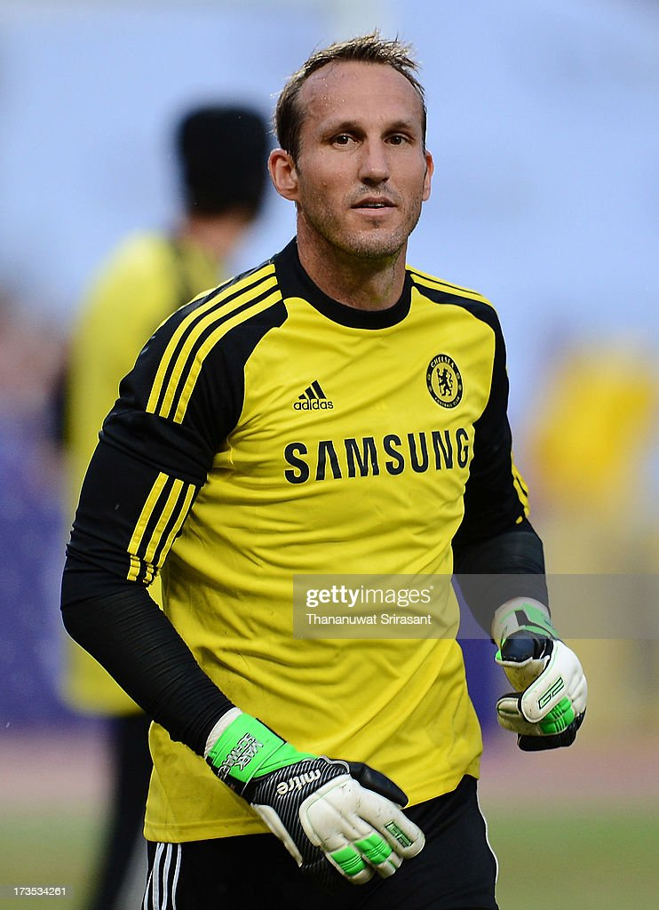 <a gi-track='captionPersonalityLinkClicked' href=/galleries/search?phrase=Mark+Schwarzer&family=editorial&specificpeople=208085 ng-click='$event.stopPropagation()'>Mark Schwarzer</a> of Chelsea FC in action during a Chelsea FC training session at Rajamangala Stadium on July 16, 2013 in Bangkok, Thailand.