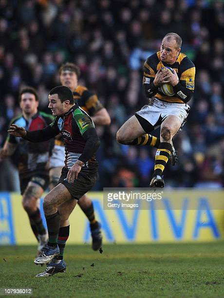 Mark van Gisbergen of Wasps wins the ball from George Lowe of Quins during the AVIVA Premiership match between Harlequins and London Wasps at The...
