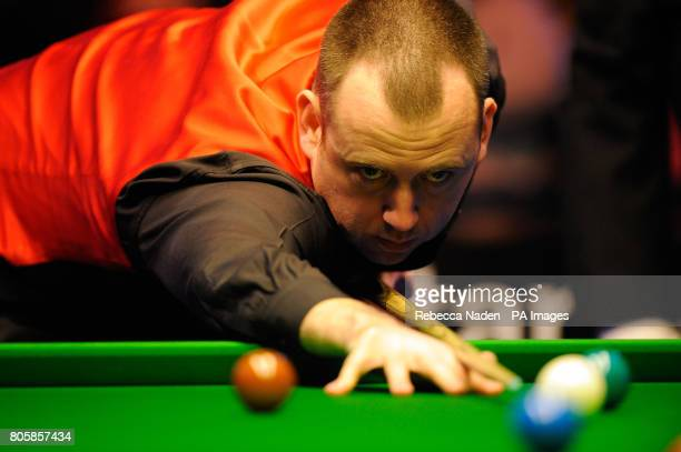Mark Williams in action against Rory McLeod