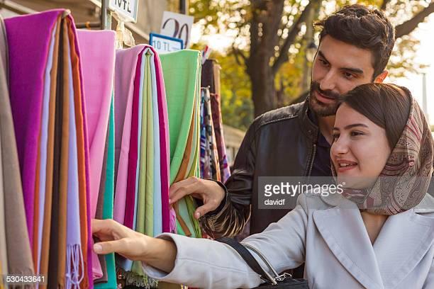 マーケットイスラム教徒でハッピーカップルショッピングイスタンブールで
