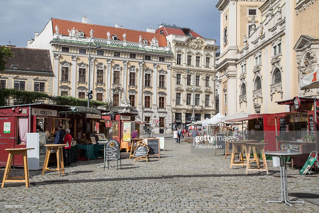 Market Stalls and Buildings in Central Vienna : Stockfoto