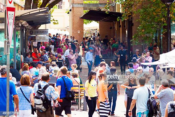 Market stalls and restaurants with big crouwd of people