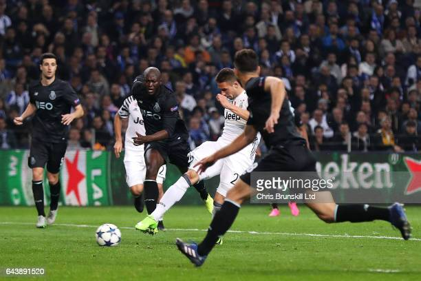 Marko Pjaca of Juventus scores the first goal to make the score 01 during the UEFA Champions League Round of 16 first leg match between FC Porto and...