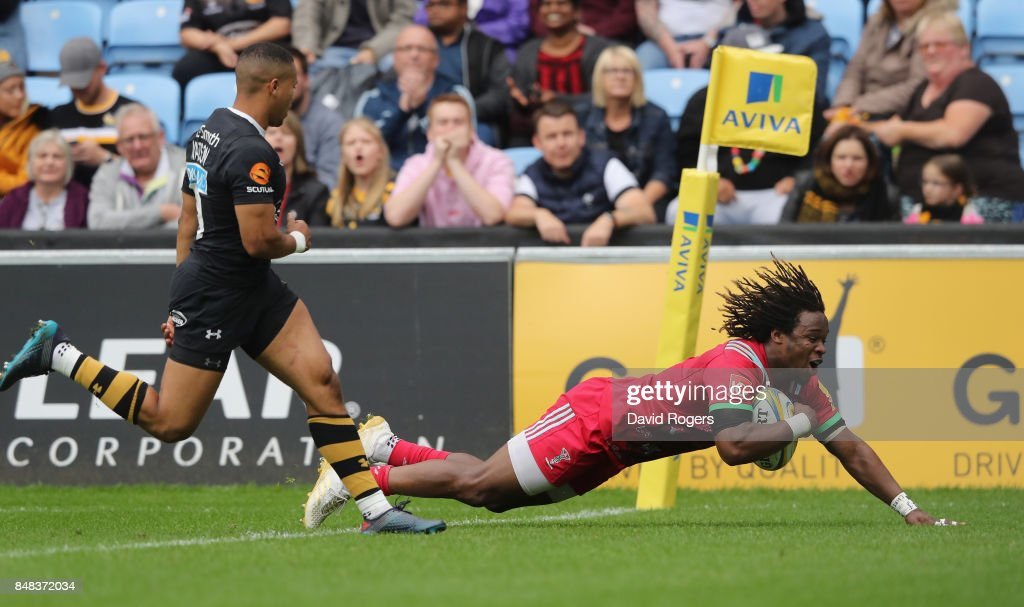 Marland Yarde of Harlequins scores their first try during the Aviva Premiership match between Wasps and Harlequins at The Ricoh Arena on September 17, 2017 in Coventry, England.