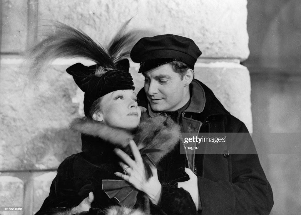 Marlene Dietrich and Robert Donat in the shooting of the film KNIGHT WITHOUT ARMOUR. Hollywood. . Photograph. (Photo by Imagno/Getty Images) Marlene Dietrich und Robert Donat bei den Dreharbeiten zum Film KNIGHT WITHOUT ARMOUR. Hollywood. . Photographie.
