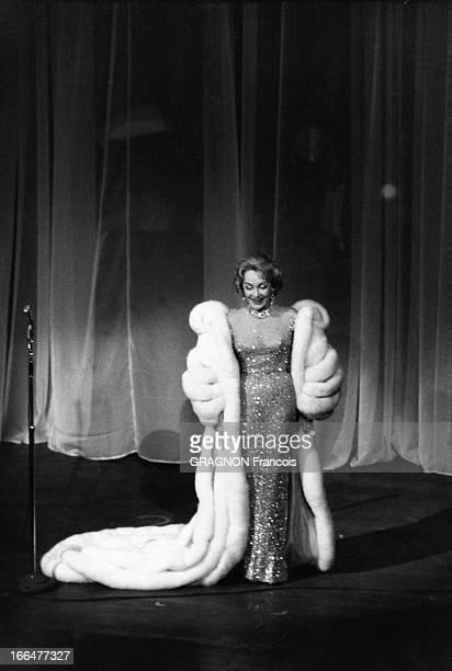 Marlene Dietrich Sings At The Theater Of Etoile In Paris Attitude de Marlène DIETRICH en long manteau de fourrure blanche sur une robe à paillettes...