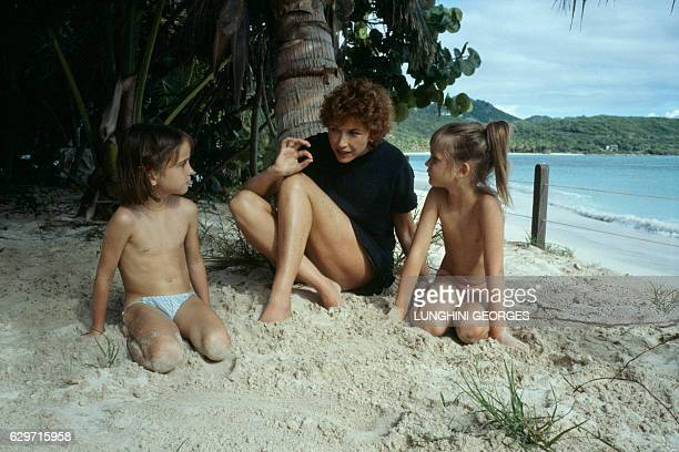 Marlene Jobert telling stories to her two twin daughters Eva and Joy Green while on holiday | Location Saint Barthelemy Island Guadeloupe France