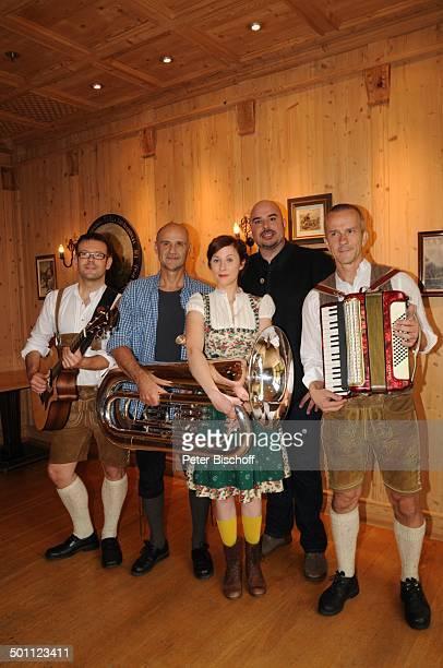 Marlene Morreis Robert Joseph Bartl Volksmusikgruppe 'Loisachbuam' mit Manuel Gayer Reinhard Hoffmann und Wolfgang Gleixner neue ZDFSerie 'Schafkopf...