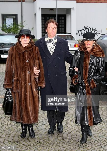 Marlene Silvester ihre Schwester und deren Ehemann Trauerfeier für Erik Silvester vor der 'Sankt MaternusKirche' Köln Stadtviertel Rodenkirchen...