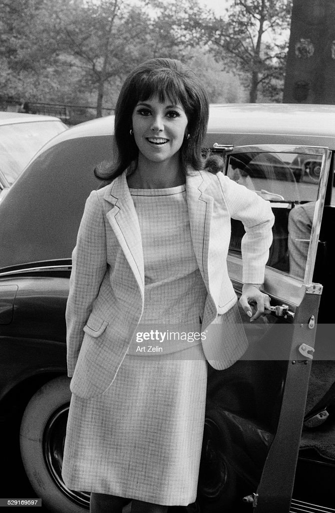 Marlo Thomas opening limousine door circa 1970 New York