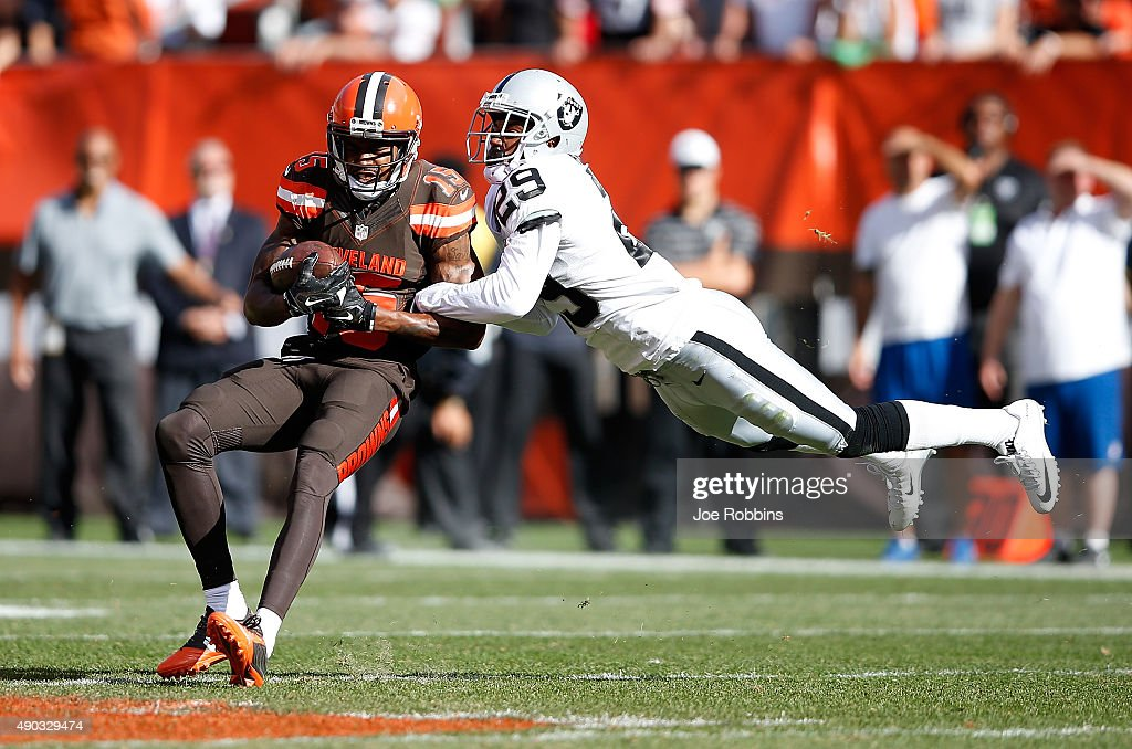 <a gi-track='captionPersonalityLinkClicked' href=/galleries/search?phrase=Marlon+Moore&family=editorial&specificpeople=5543330 ng-click='$event.stopPropagation()'>Marlon Moore</a> #15 of the Cleveland Browns makes a catch in front of <a gi-track='captionPersonalityLinkClicked' href=/galleries/search?phrase=David+Amerson&family=editorial&specificpeople=7244765 ng-click='$event.stopPropagation()'>David Amerson</a> #29 of the Oakland Raiders during the fourth quarter at FirstEnergy Stadium on September 27, 2015 in Cleveland, Ohio.
