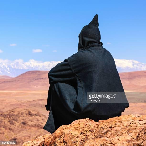 Marocain homme à la recherche sur un massif montagneux de l'Atlas