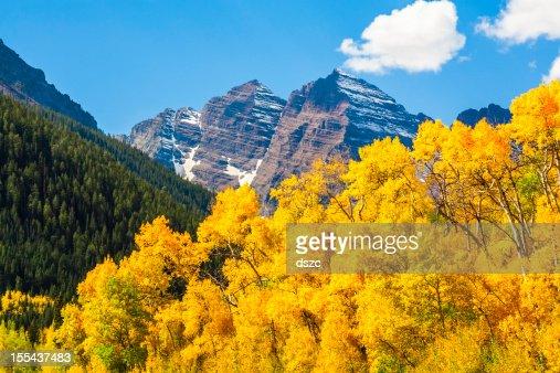マルーンベル山の山頂&アスペンの木の秋の色
