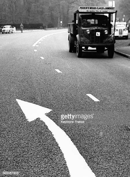 Marquage au sol annonçant la prochaine ligne blanche à Cobham RoyaumeUni le 27 novembre 1957