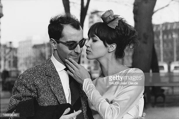 Marriage Of JeanLuc Godard And Anna Karina Anna KARINA s'apprêtant à embrasser son mari JeanLuc GODARD le jour de leur mariage dans une rue de SUISSE