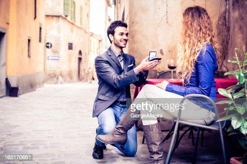 Proposta de casamento em restaurante italiano ao ar livre