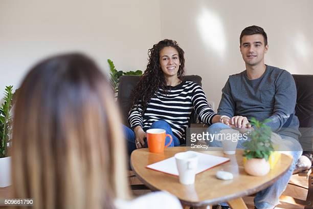 Matrimonio la terapia. Pareja hablando de asesor