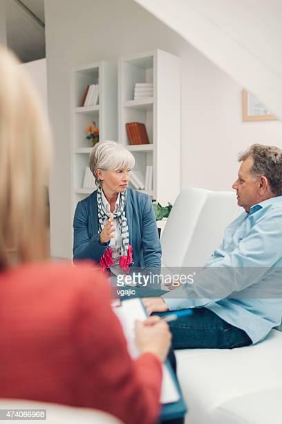 Thérapie de mariage.   Couple d'âge mûr parler à conseiller