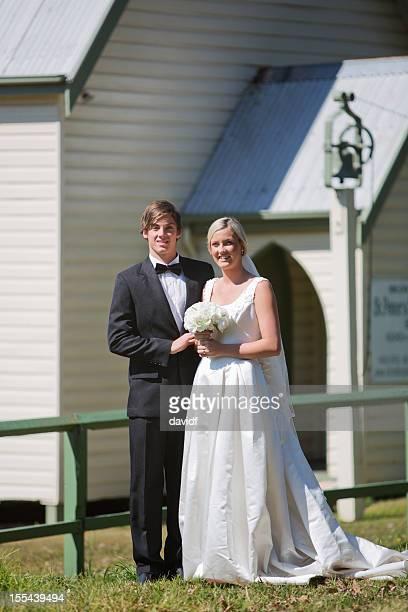 Couple marié Couple à l'extérieur d'un pays Église