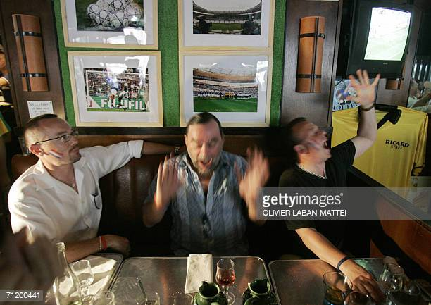 French fans react as they watch on a TV screen the 2006 soccer World Cup match opposing France and Swiss national teams 13 June 2006 in a bar in...