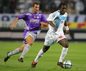 Marseille's forward Pegguy Luyindula vies with Toulouse's defender Gilles Pantxi Sirieix during their French L1 football match 18 september 2004 at...