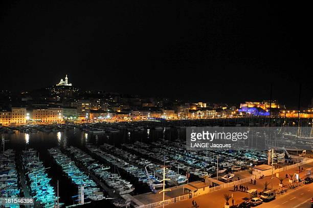 Marseille Marseille France 2 mars 2011 Le Vieux Port vu de nuit Au fond la basilique NotreDame de la Garde