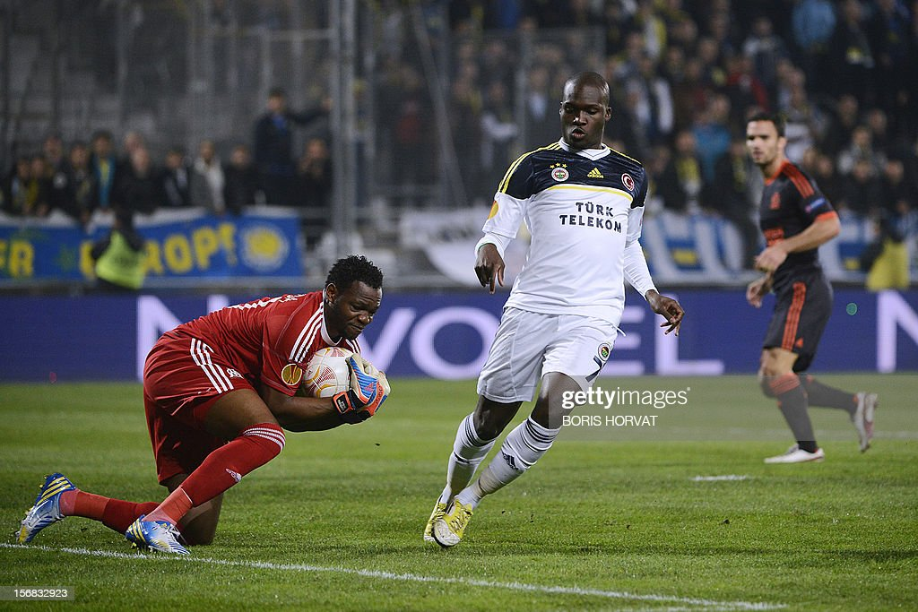 Marseille's French goalkeeper Steve Mandanda (L) grabs the ball despite Fenerbahce's Senegalese forward Moussa Sow (C) during the UEFA Europa League football match Olympique Marseille vs Fenerbahce SK at the Velodrome stadium in Marseille, southern France, on November 22, 2012. AFP PHOTO/BORIS HORVAT