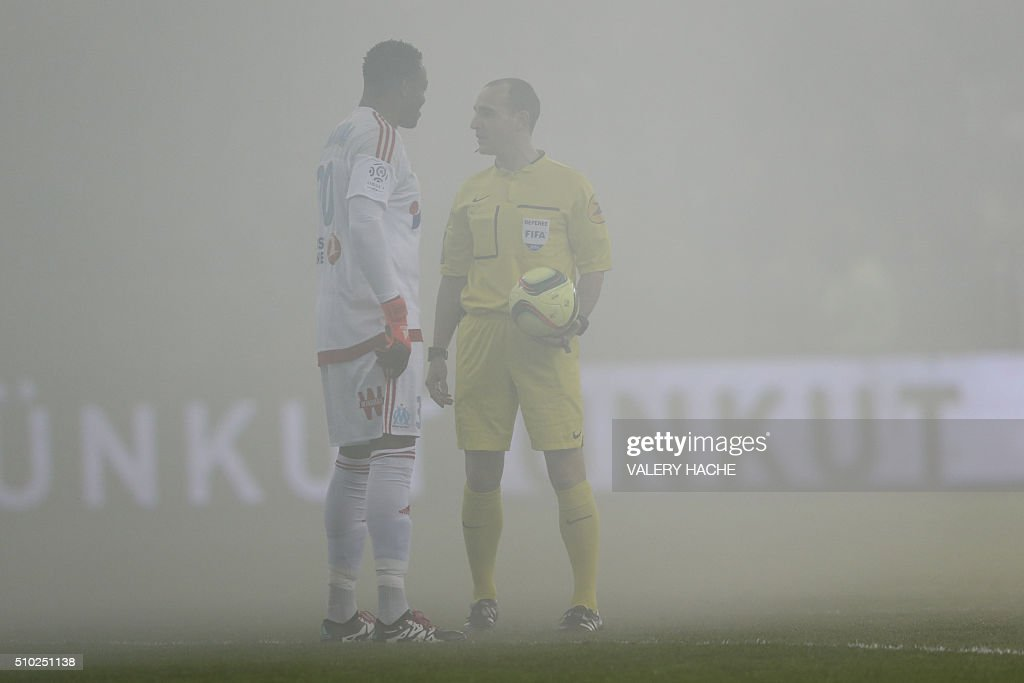 Marseille's French goalkeeper Steve Mandanda speaks wit French referee Benoit Millot during the French L1 football match Nice (OGC Nice) vs Marseille (OM) on February 14, 2016 at the 'Allianz Riviera' stadium in Nice, southeastern France. AFP PHOTO / VALERY HACHE / AFP / VALERY HACHE