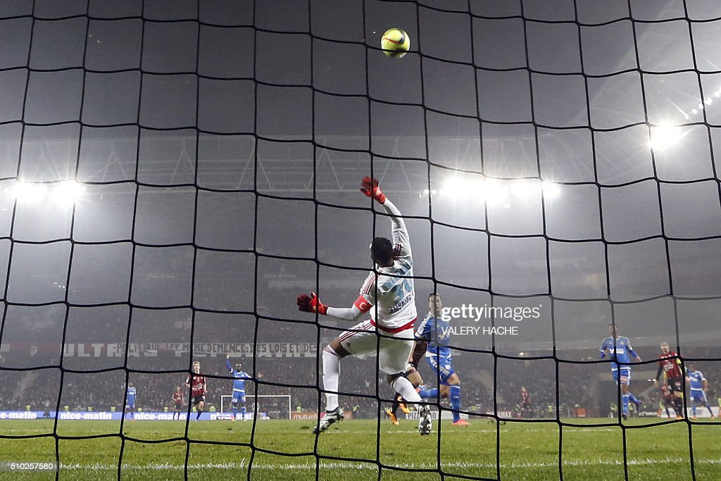 Marseille's French goalkeeper Steve Mandanda stops the ball during the French L1 football match Nice (OGC Nice) vs Marseille (OM) on February 14, 2016 at the 'Allianz Riviera' stadium in Nice, southeastern France. AFP PHOTO / VALERY HACHE / AFP / VALERY HACHE