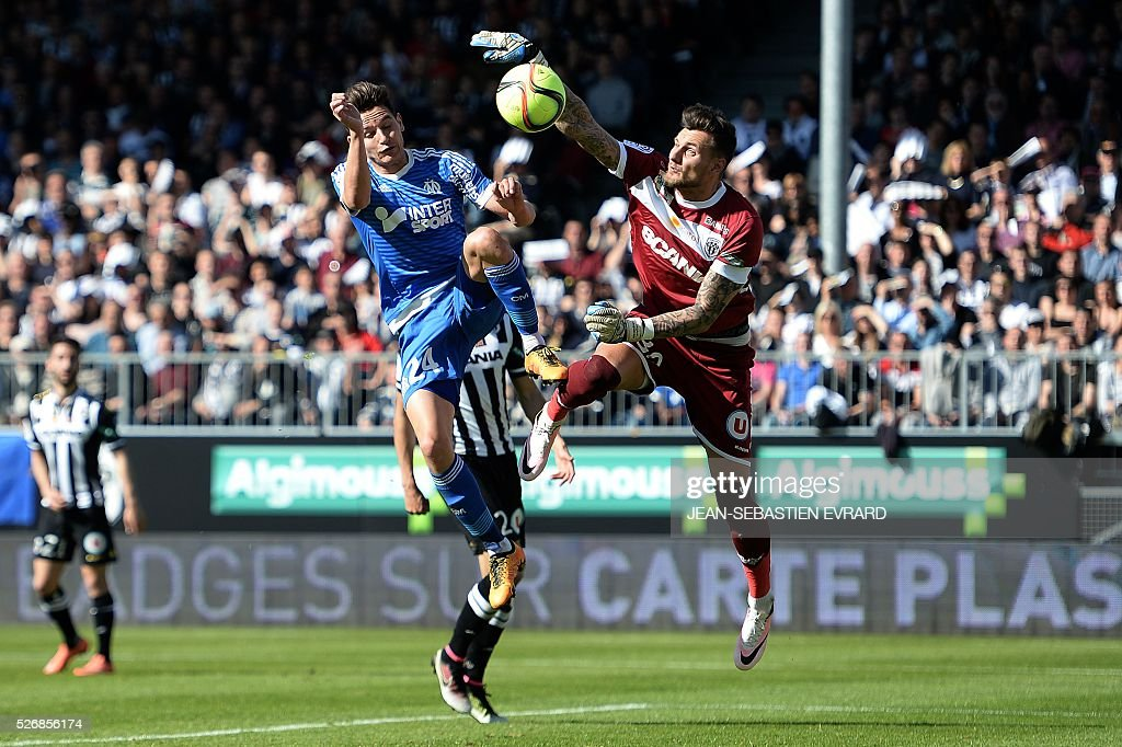 Marseille's French midfielder Florian Thauvin (L) vies with Angers' French goalkeeper Alexandre Letellier during the French L1 football match between Angers and Marseille on May 1, 2016 at the Jean Bouin stadium in Angers, western France.
