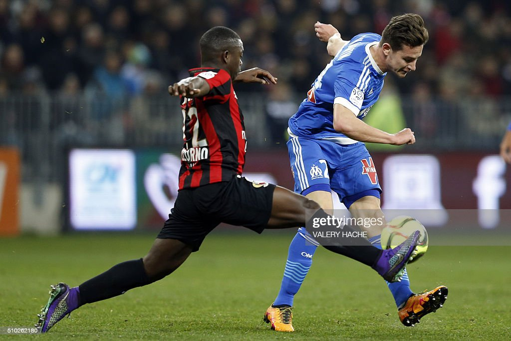 Marseille's French midfielder Florian Thauvin (R) vies with Nice's French midfielder Nampalys Mendy (L) during the French L1 football match Nice (OGC Nice) vs Marseille (OM) on February 14, 2016 at the 'Allianz Riviera' stadium in Nice, southeastern France. AFP PHOTO / VALERY HACHE / AFP / VALERY HACHE