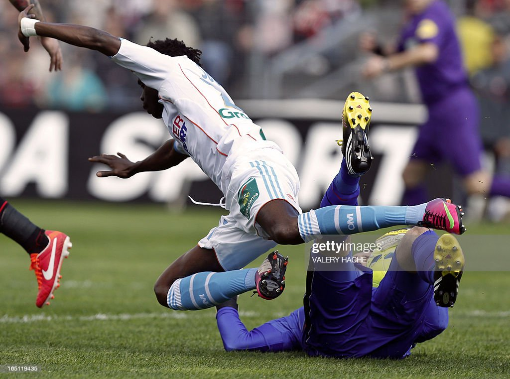 Marseille's Senegalese forward Modou Sougou (L) collides with Nice's Colombian goalkeeper David Ospina (R) during their French L1 football match Nice versus Marseille, on March 31, 2013 at the Ray stadium in Nice, southeastern France. AFP PHOTO / VALERY HACHE