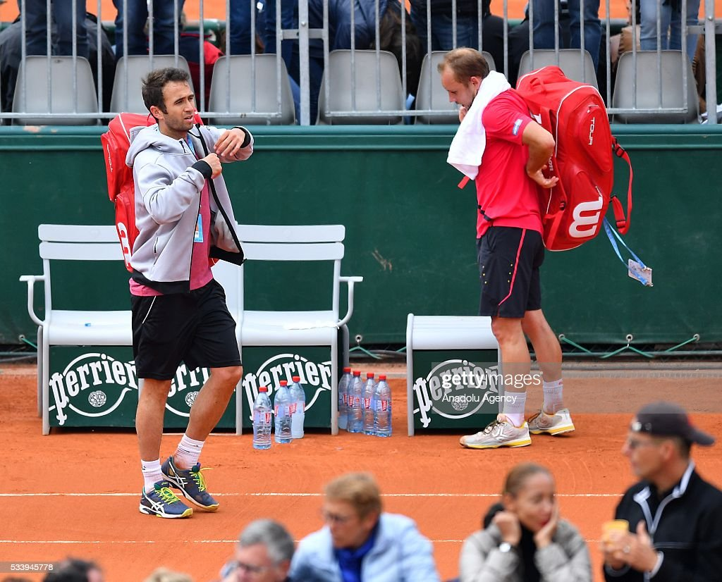 Marsel Ilhan (L) of Turkey leaves after the match against Steve Darcis of Belgium during their men's single first round match at the French Open tennis tournament at Roland Garros in Paris, France on May 24, 2016.