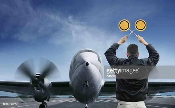 Marshaller arrêter un avion sur la piste