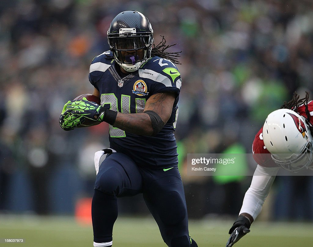 Marshawn Lynch #24 of the Seattle Seahawks runs the ball for a 15-yard gain against the Arizona Cardinals at CenturyLink Field on December 9, 2012 in Seattle, Washington.