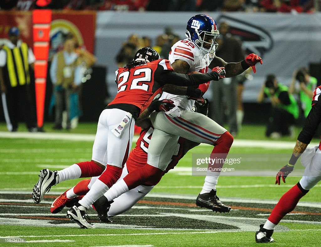 <a gi-track='captionPersonalityLinkClicked' href=/galleries/search?phrase=Martellus+Bennett&family=editorial&specificpeople=812167 ng-click='$event.stopPropagation()'>Martellus Bennett</a> #85 of the New York Giants runs with a catch against <a gi-track='captionPersonalityLinkClicked' href=/galleries/search?phrase=Asante+Samuel&family=editorial&specificpeople=194913 ng-click='$event.stopPropagation()'>Asante Samuel</a> #22 of the Atlanta Falcons at the Georgia Dome on December 16, 2012 in Atlanta, Georgia
