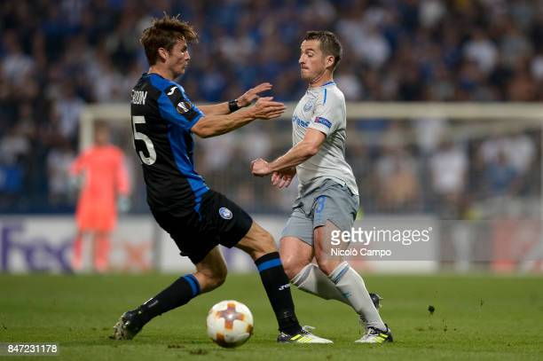 Marten de Roon of Atalanta BC and Leighton Baines of Everton FC compete for the ball during the UEFA Europa League group E football match between...